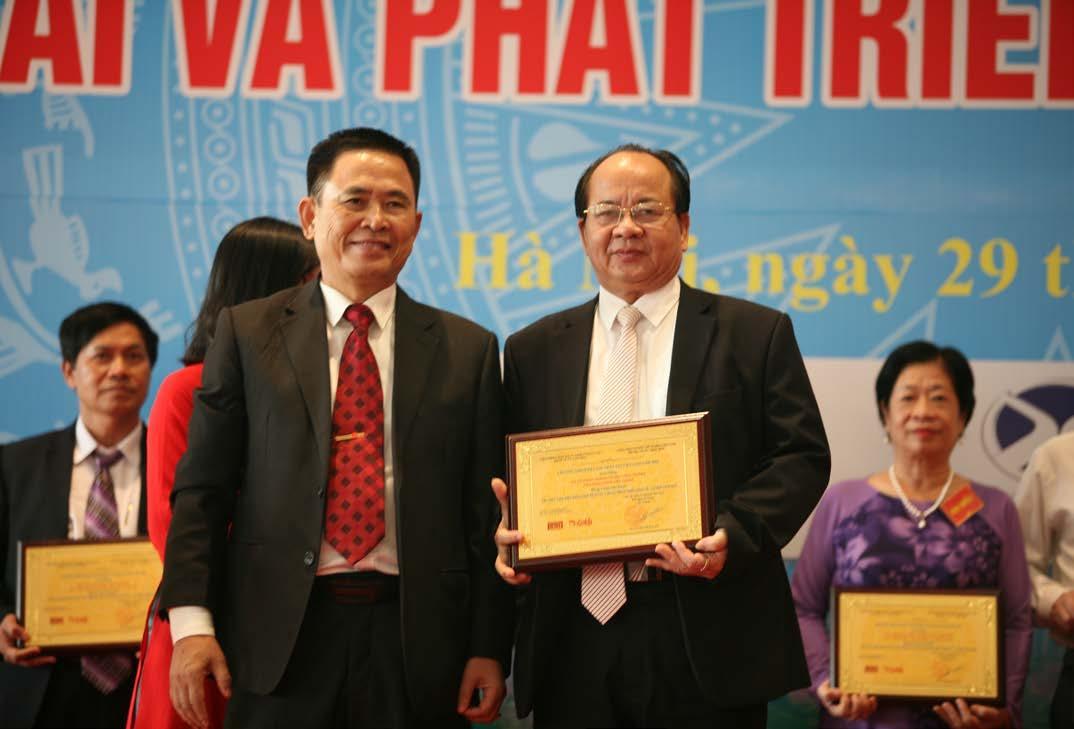"""GS.VS Hoàng Quang Thuận nhận bảng vàng ghi danh """"Trí thức tiêu biểu đóng góp tích cực cho sự phát triển Kinh tế - Xã hội"""" năm 2018"""
