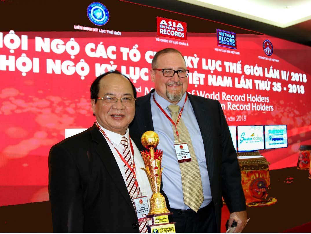 Ngài David Moline - Tổng Thư ký Tổ chức Kỷ lục Hoa Kỳ và GS.VS Hoàng Quang Thuận tại chương trình Hội ngộ Kỷ lục Thế giới lần 2