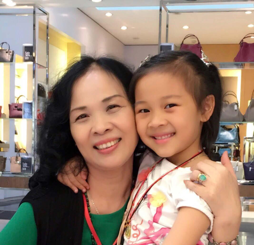 Bà Phan Thị Kim Thanh và cháu nội Thiên An