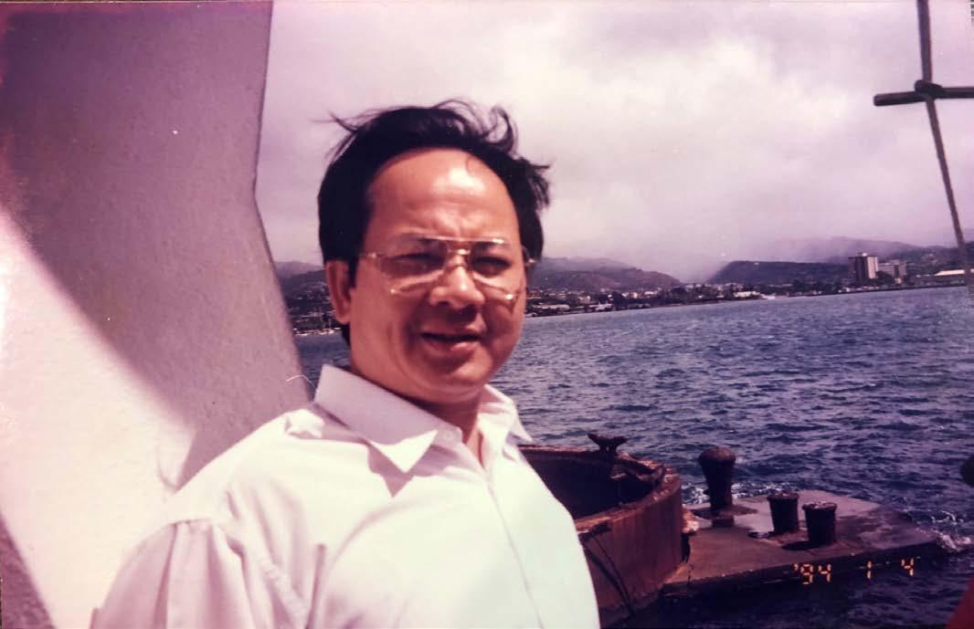 GS.VS Hoàng Quang Thuận tại biển Honolulu, Hawaii năm 1994