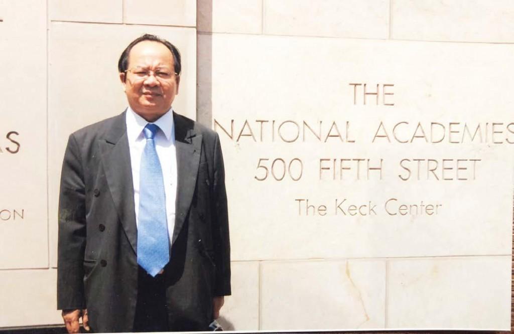 GS.VS. Hoàng Quang Thuận tại Viện Hàn lâm Khoa học Quốc gia Hoa Kỳ năm 2000