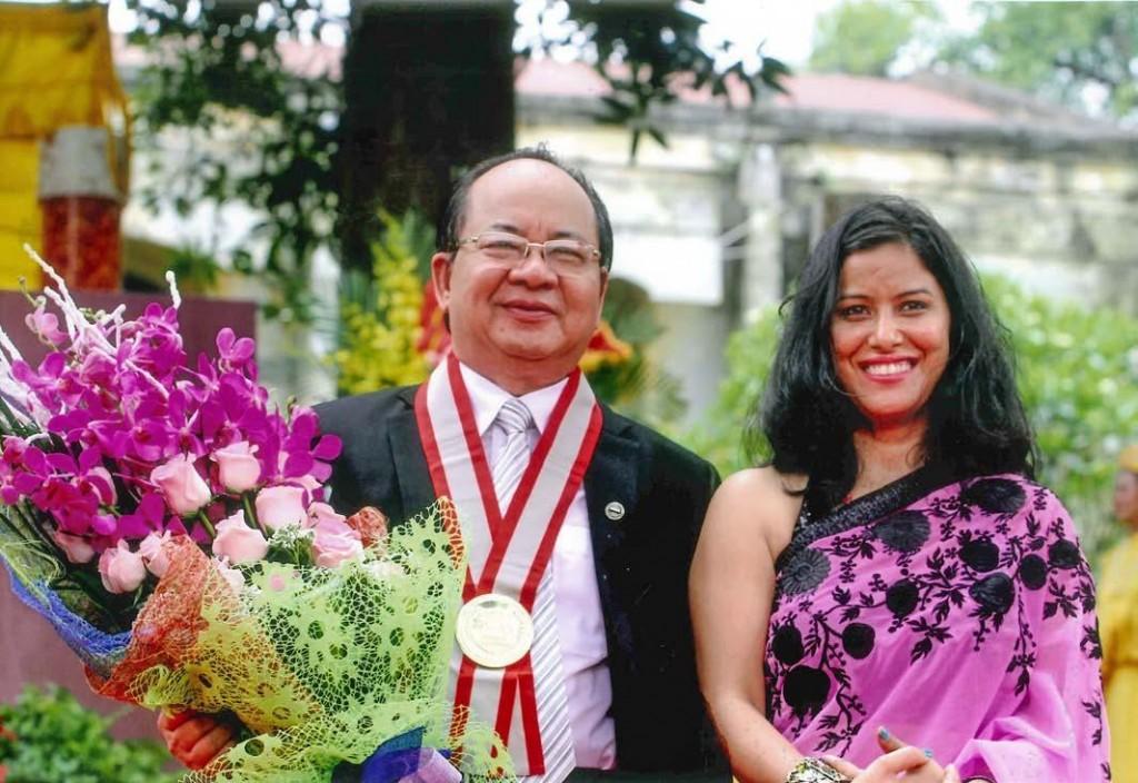 Bà Kalpana Bourai – Đại diện Liên minh Kỷ lục Thế giới trao Kỷ niệm chương đến GS.VS. Hoàng Quang Thuận