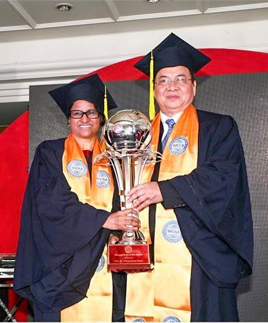 GS.VS Sunita Gandhi và GS.VS Hoàng Quang Thuận nhận cúp biểu tượng Viện Hàn lâm Khoa học Sáng tạo Thế giới tháng 3-2015