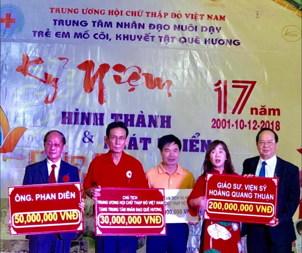 GS.VS Hoàng Quang Thuận tặng 200.000.000 VNĐ nhân dịp kỷ niệm 17 năm hình thành và phát triển Trung tâm Nhân đạo Quê Hương ngày 10/12/2018