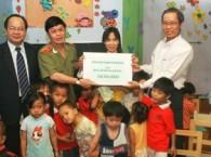 GS.TS Hoàng Quang Thuận thăm và tặng quà trung tâm nhân đạo Quê Hương